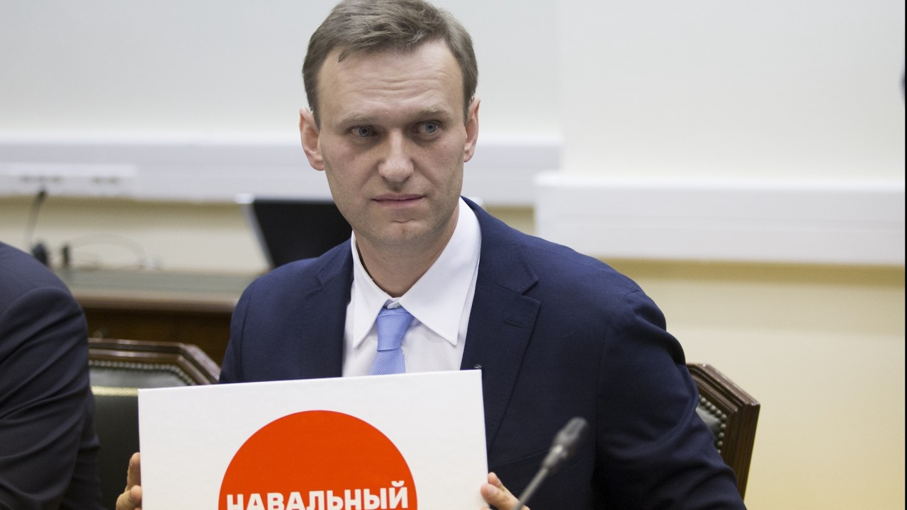 Opposition leader Navalny gathers signatures for Russian presidential nomination