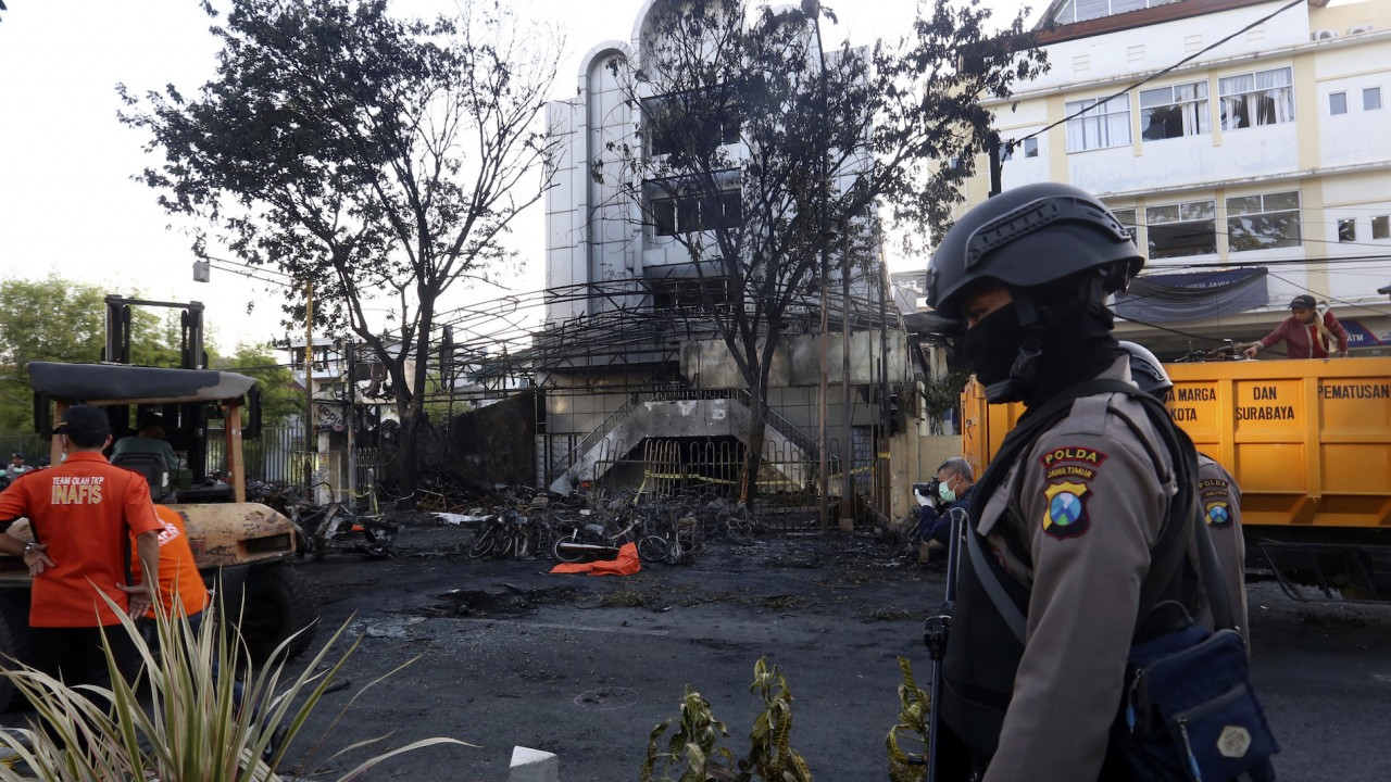 Family of suicide bombers attacks 3 Indonesian churches