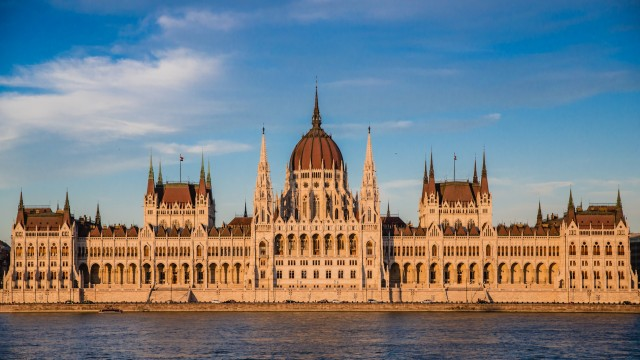 Hungary criminalizes 'facilitating' illegal immigration